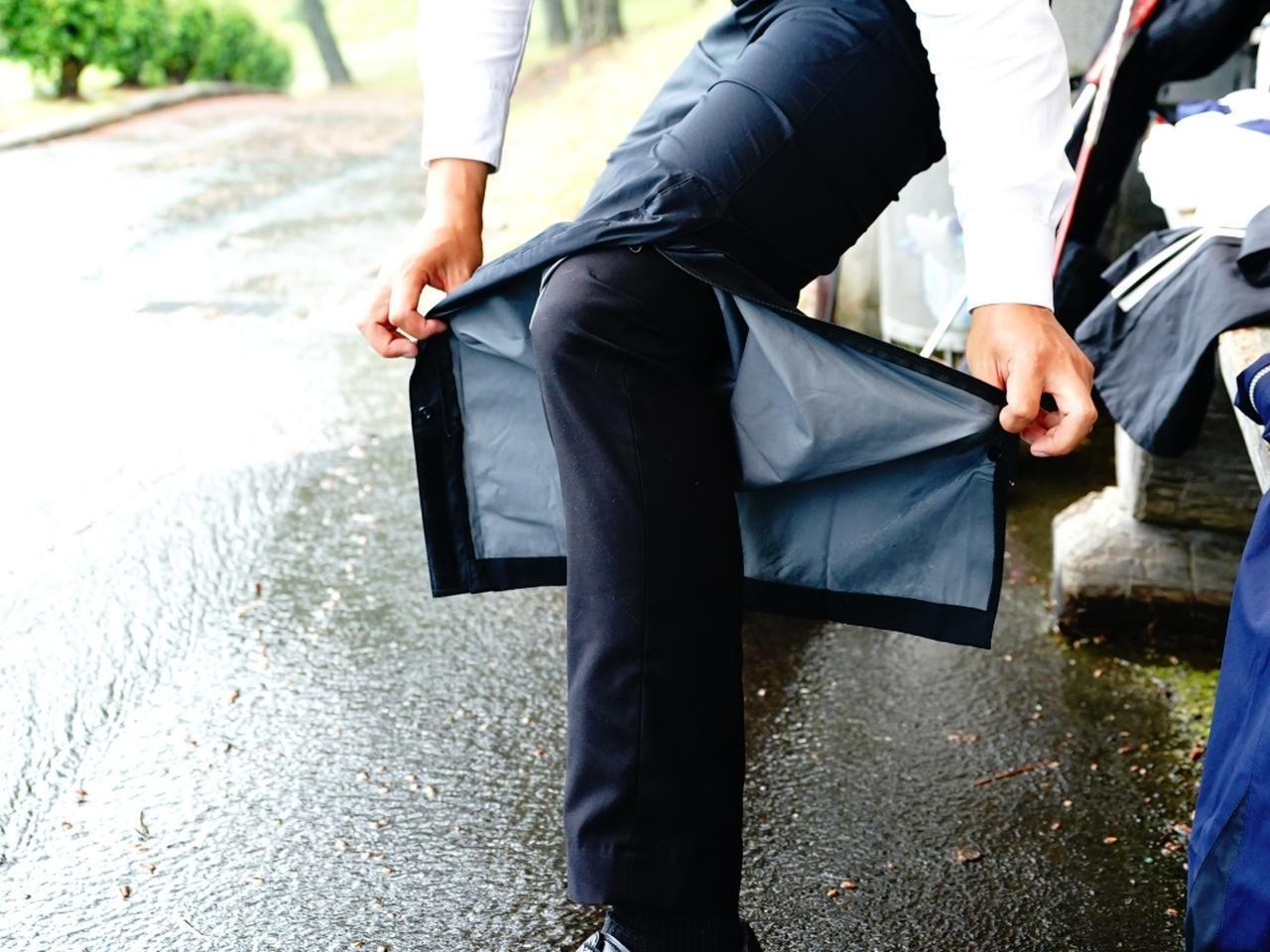 画像: 裾がひざまで開くので靴を履 いたまま着脱できる。突然の雨でも使い勝手がいい