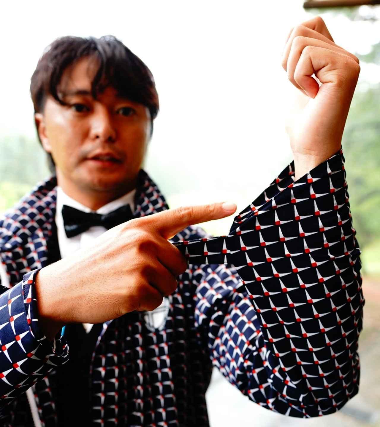 画像: 通常は袖口を絞るとダブついた袖がグリップの邪魔になるが斜めカットでスッキリ