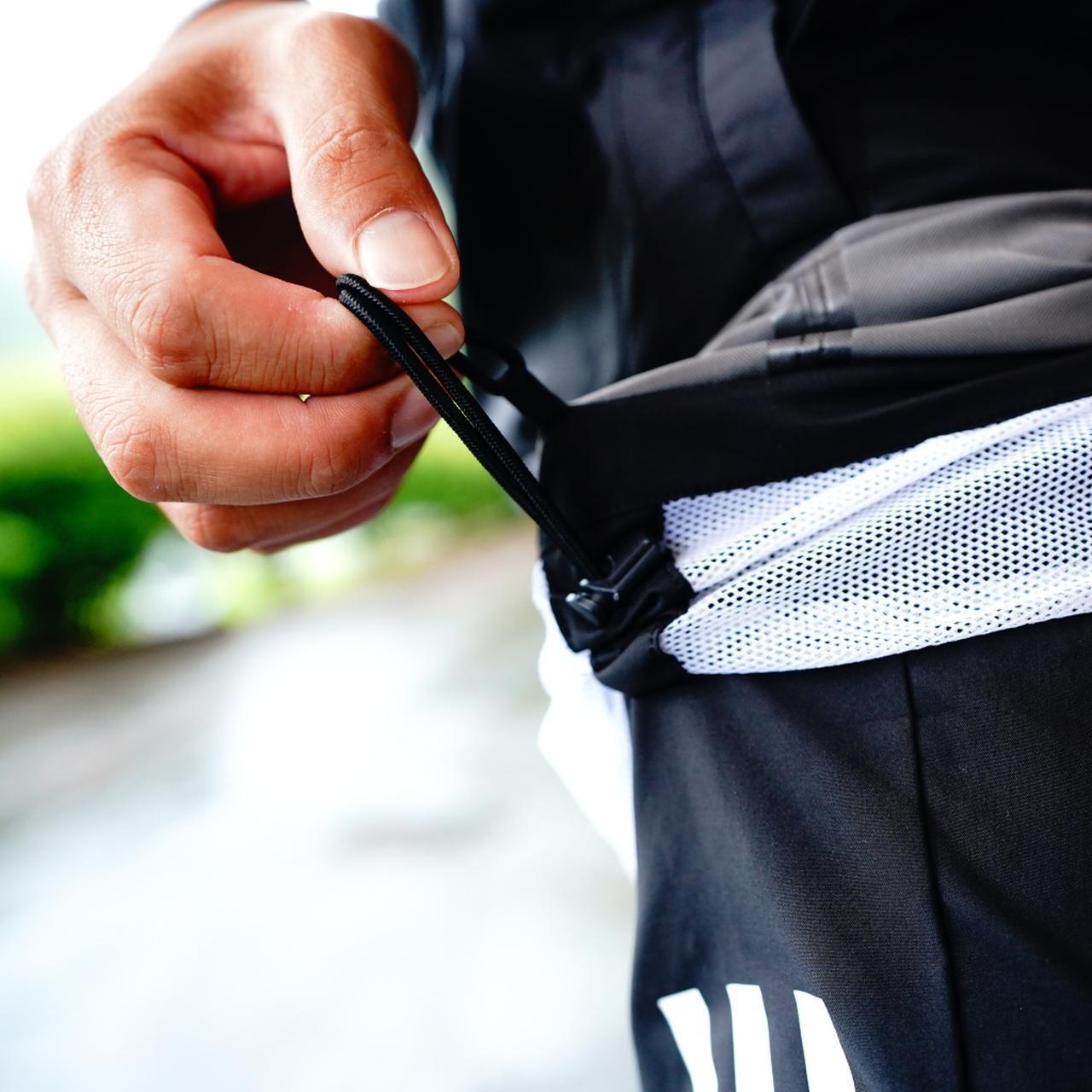 画像: 身長でサイズを決めると裾丈が合わないことも。 紐を絞るだけで調整できる