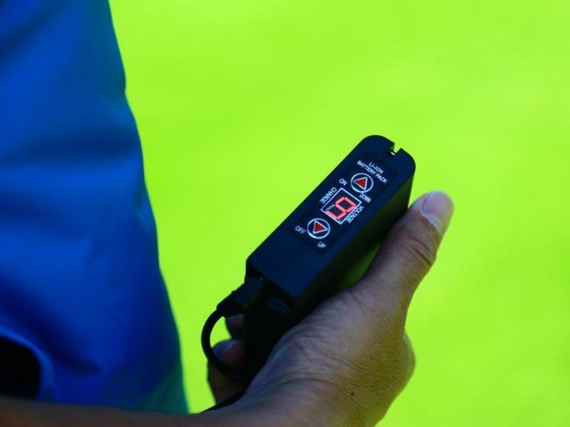 画像: 手のひらサイズのバッテリーは、電源オンオフ・充電残量確認・風量調整(4段階)を行うコントローラーを兼ねている