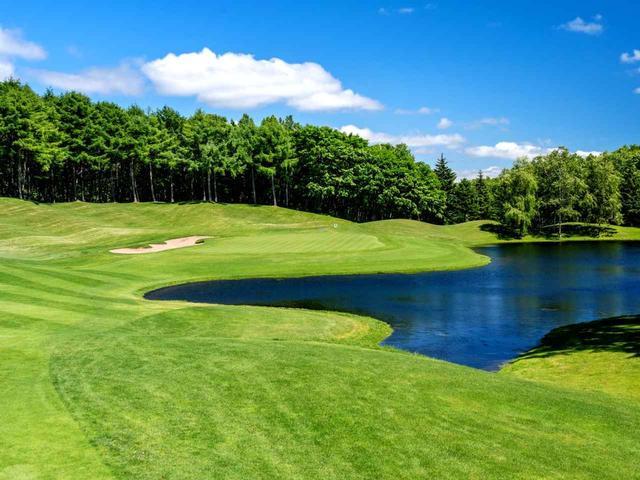 画像: ニスパコース12番(518Y・P5)右ドッグレッグ、グリーン右手前に池が待つ