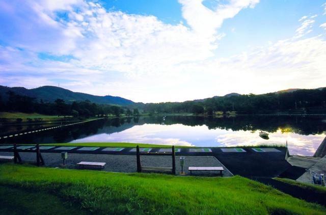 画像: 池に向かって打つ練習場も日本初導入だった