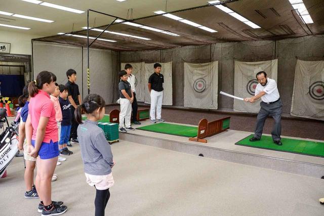 画像: 篠塚先生と生徒たち