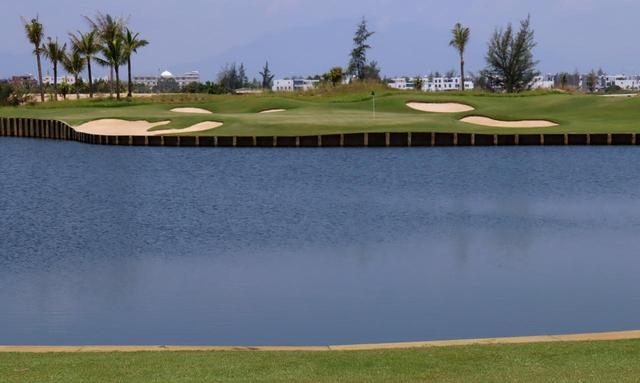 画像: ジャック・ニクラス設計のリバーサイドコースは現在9ホールのみオープン。5番(173Y・P3)池越え