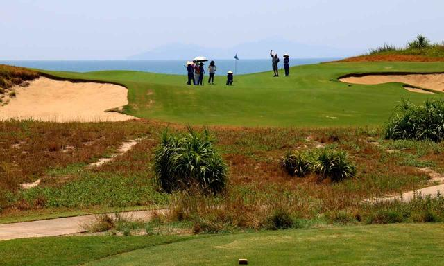 画像: 「BRGダナンゴルフクラブ」16番 パー3 海に向かって打つので海風の読みが難しい、グリーンの傾斜も複雑