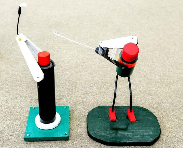画像: 篠塚先生自作のスウィング原理を理解するミニロボット。子供たちも目からウロコ