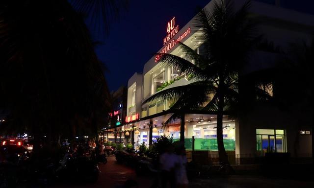 画像1: ダナンビーチ。延々とダナンのレストランやバーがつづく