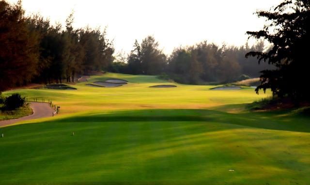 画像: モンゴメリーゴルフリンクス 1番(581Y・P5)ストレートに進む美しいパー5