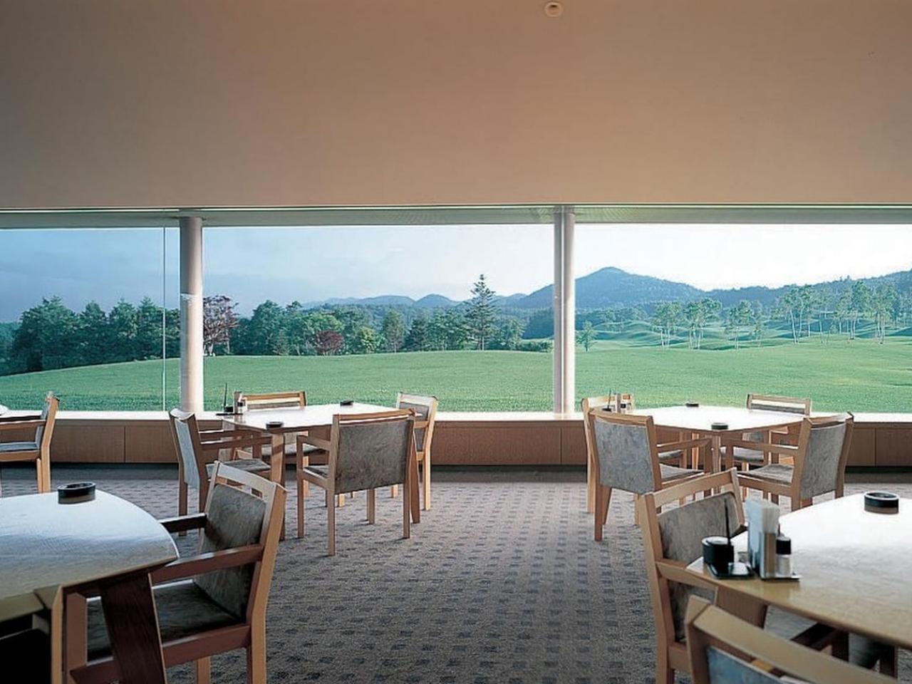 画像: ゴルファー以外の利用者も多いレストランはコースが一望でき、ゆったり寛げる