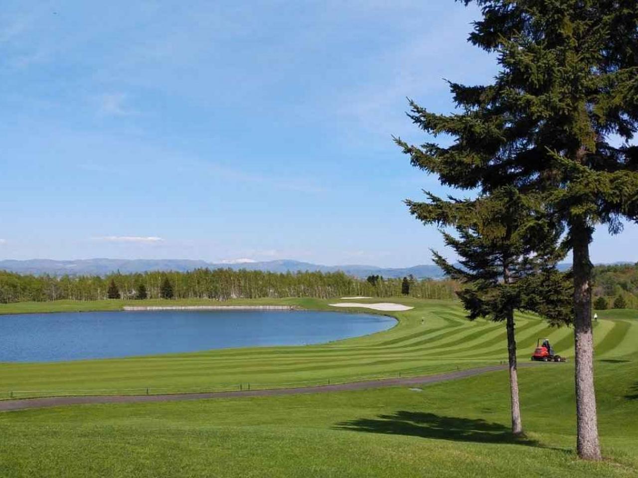画像: 大きな池を囲むように造られた、水コース3番パー4(写真手前)と4番パー3(写真奥)