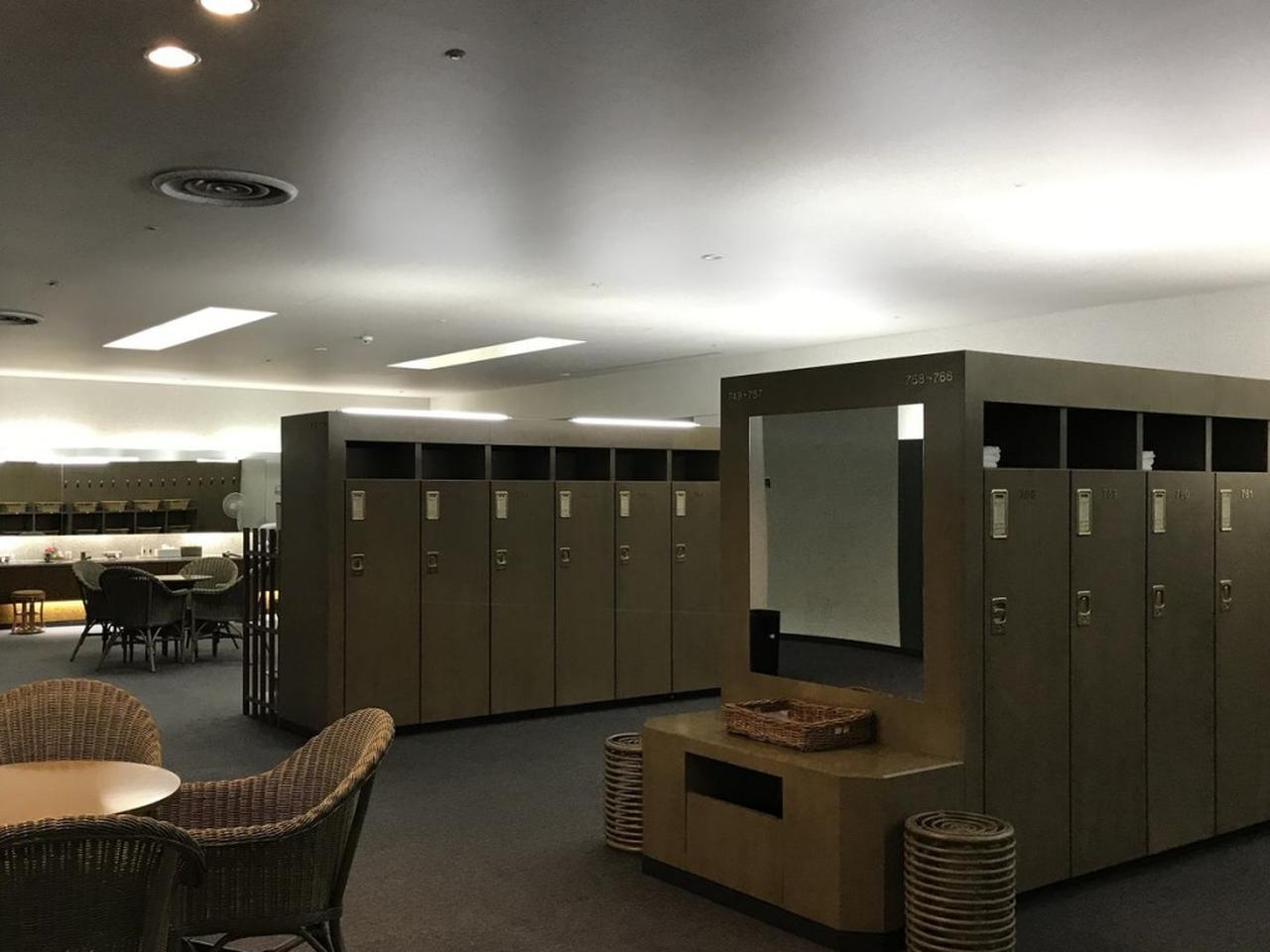 画像: ゆったりした設えのロッカールーム