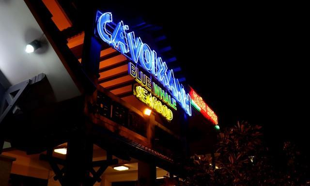 画像2: ダナンビーチ。延々とダナンのレストランやバーがつづく