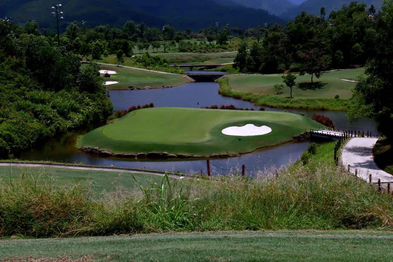 画像: バーナーヒルズ ゴルフクラブ 16番(217Y・P3)打ち下ろしのアイランドグリーン