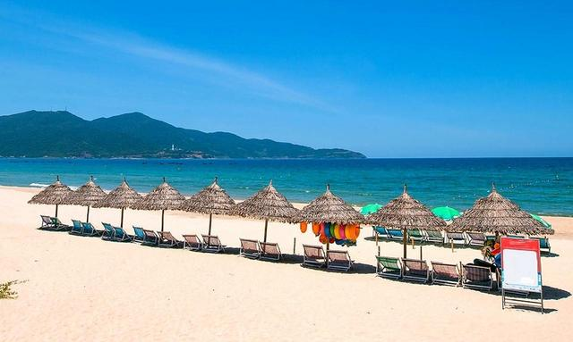 画像: ダナンビーチ。キヨスクが並ぶプライベートビーチのエリア