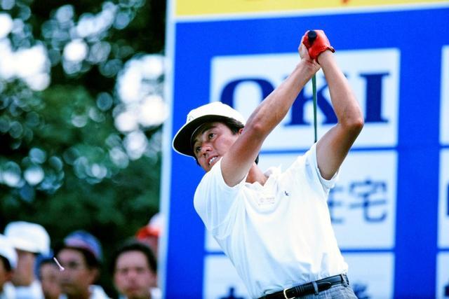 画像: ティショットを放つ芹澤信雄。この時、28歳