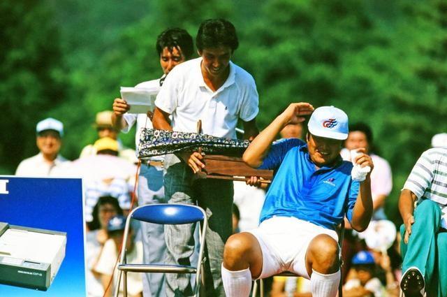 画像: 優勝賞品を手におどける芹澤