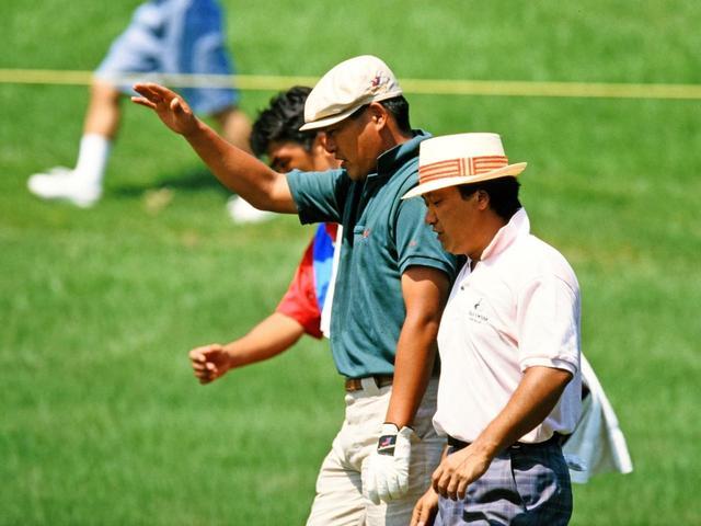 画像: フェアウェイを歩く尾崎建夫と倉本昌弘
