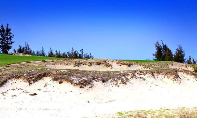 画像: 右の砂地(ウェストエリア)内にあるバンカーに打ち込むと、次打はこんな状況に。絶対に避けるべきハザードだ