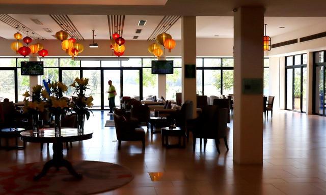 画像: BRGダナンゴルフクラブのクラブハウス。天井にはダナンの隣町ホイアンの工芸品「ランタン」