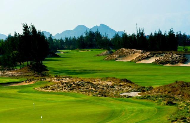 画像: デューンズコース1番(407Y・P4) 左右には自然のままの砂地が丘を造り、その間を進んでいく