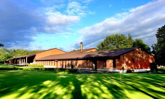画像: リバーヒルゴルフ倶楽部 厩舎風のクラブハウス