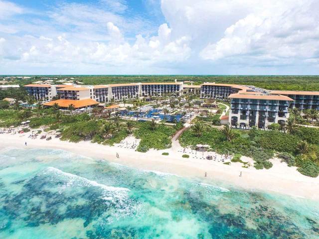 画像: ターコイズブルーのカリブ海を一望できる恵まれた立地で、ホテルの名称にもなっている「20°87°」は北緯20度、西経87度の場所が由来