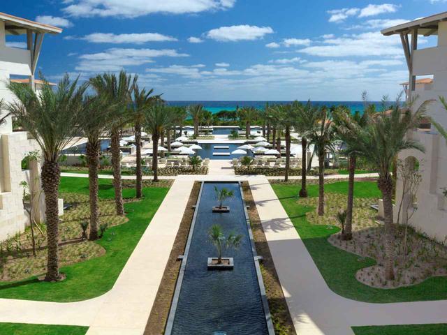 画像: カリブ海を望む、ホテルの庭園