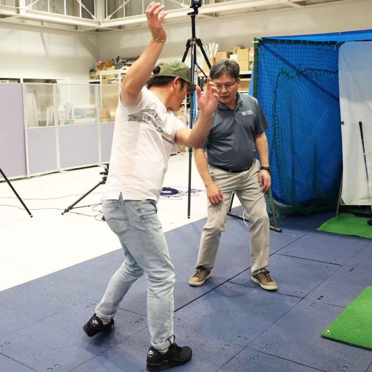 画像: 虎さんはテークバックで右に体重が移動せず、常に左足体重で振っているために、左腰に負担がかかりやすいとクォン教授は指摘