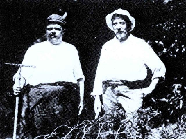 画像: 毎日、鋸を手に六甲山を切り開いたA・H・グルームと友人のハートショーン 明治33年(1900年)ごろ