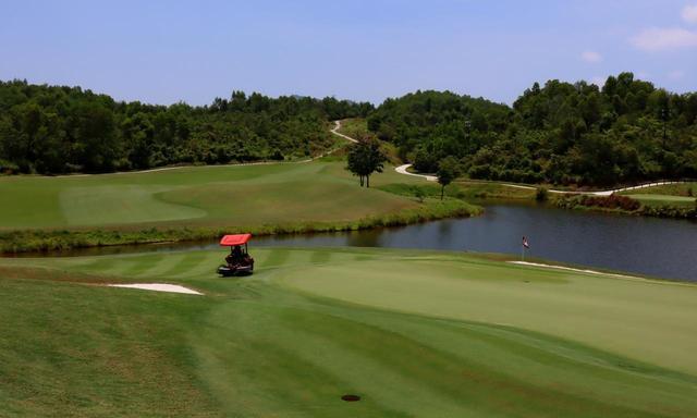 画像: 17番(466Y・P4)フェアウェイまで約20メートルの打ち下ろし。そこから池越えの打ち下ろしでグリーンを狙う。(グリーン奥から)