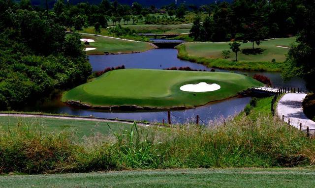 画像: 16番(217Y・P3)池の中に浮かぶグリーンの幅は約20メートル