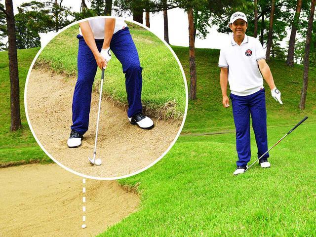 画像: フェース面を足で踏むと、ロフト角によってシャフトの傾き角度が変わる。どのクラブならバンカーのアゴをクリアできるかの判断材料になる