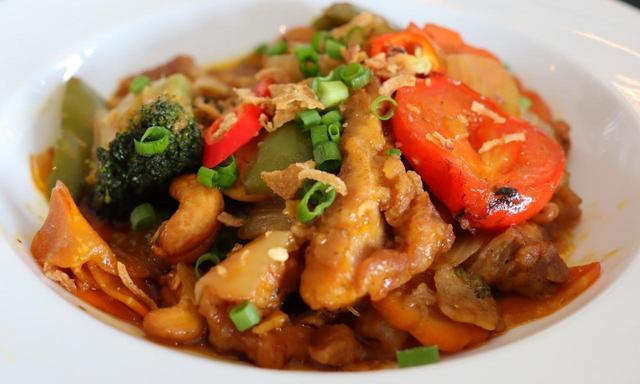 画像: クラブハウスのレストランにて。野菜 ナッツ 豚肉 香辛料たっぷりの炒め物