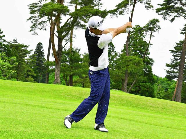 画像4: 【アイアン】左足下がりは「左腰」を軸に振る。下り傾斜に沿ってヘッドが走る! by今野康晴プロ