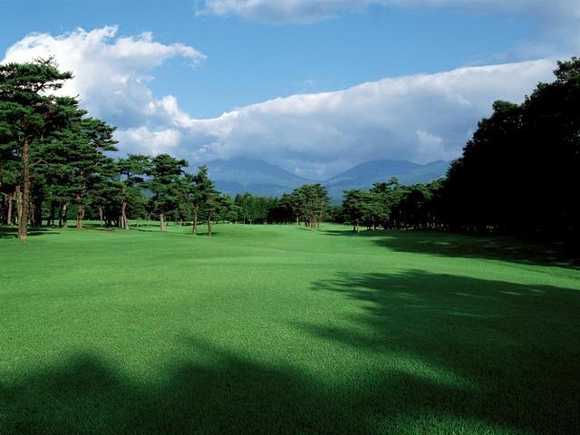 画像: 5番ホール/400㍎/パー4 男体山(左の山)に向って打つホール。左から樹木がせり出しプレッシャーがかかる