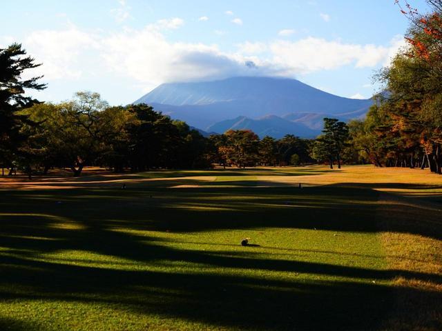 画像: 1番ホール/429㍎/パー4 男体山と日光連山を見るスタートホール。右の2本の松が狙いを絞る