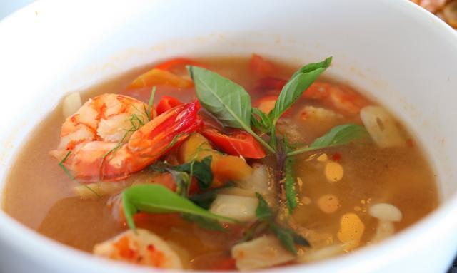 画像: クラブハウスのレストランで食べられるエビやイカが漁業地ダナンらしい魚介出汁のスープ