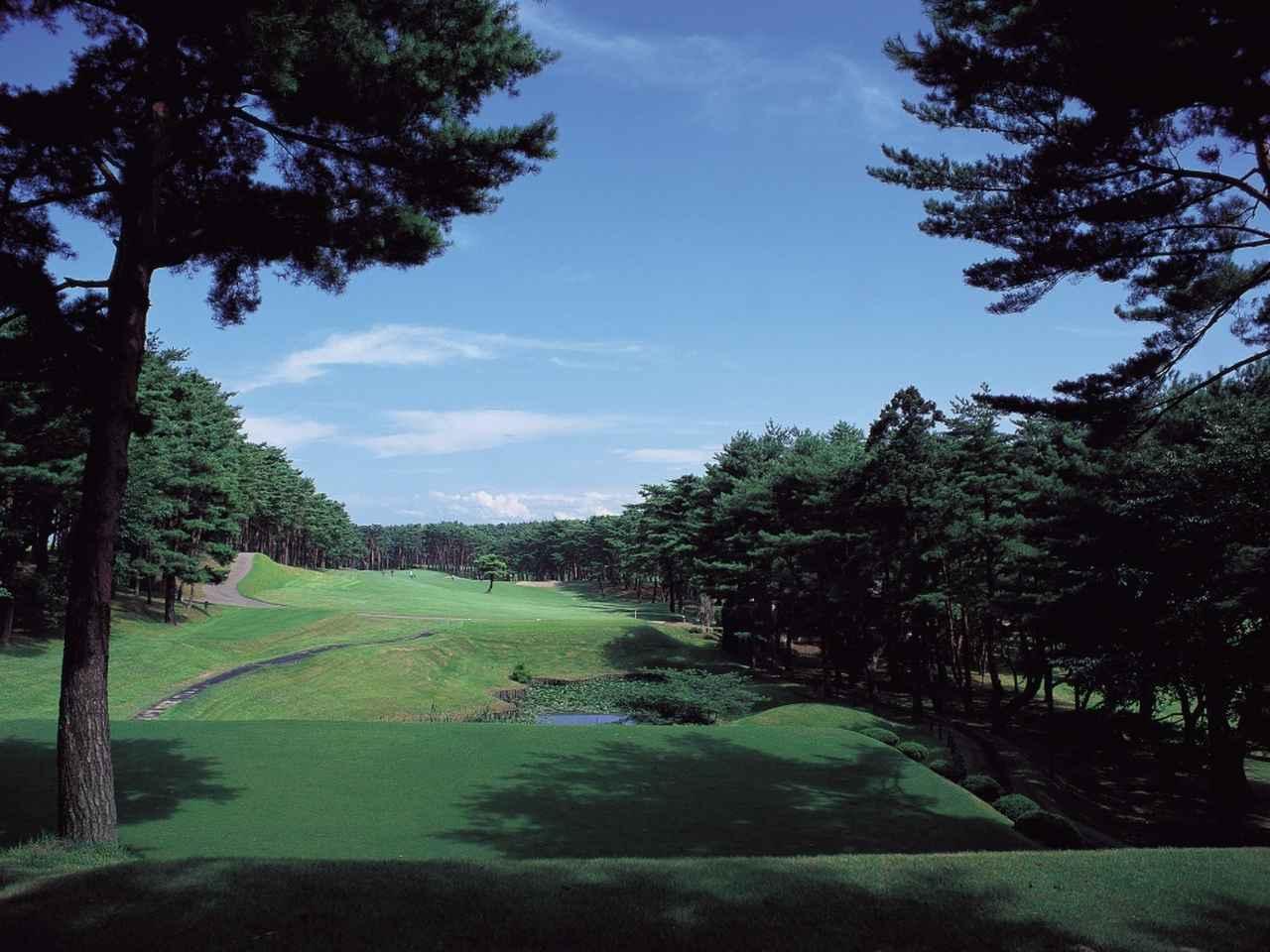 画像: 2番/415ヤード/パー4 弥彦山を望む建設地は、かつて長岡藩の支藩・三根山藩の調練場で、ほぼ平地に近い丘陵地。33年10月に6ホールで仮オープン、9ホールの完成は翌春だった