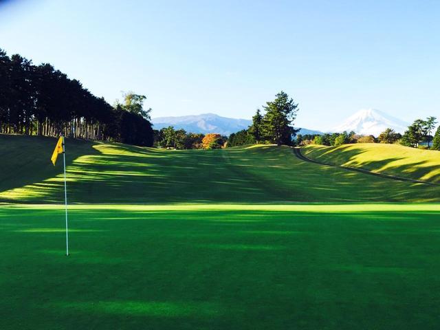 画像: 富士山の南側の裾野に広がる愛鷹・裾野・桃園からなる27ホール。桃園8番(396Y・P4)
