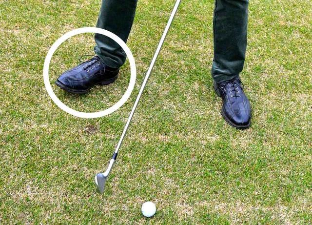 画像: 「左足下がりは右つま先を開きます。バランスよく振りやすいですよ」(斉藤)