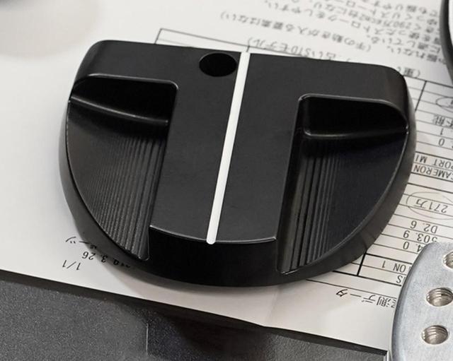 画像: ヘッド形状は、慣性モーメントが大きく、直進性の高いマレットに決定