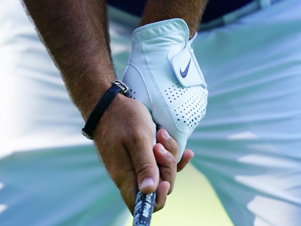 画像: 左手のこぶしが3つ見えるフック。右手は横から握ったフック