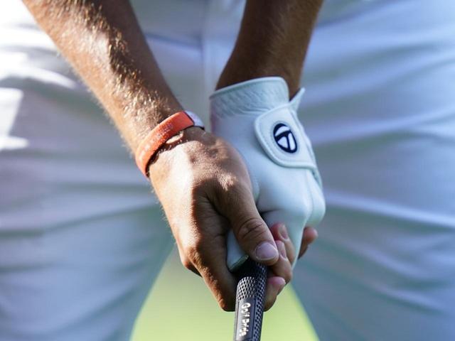 画像: 左手親指はシャフトの真上。右手親指と人差し指で左親指をつまむようにグリップ