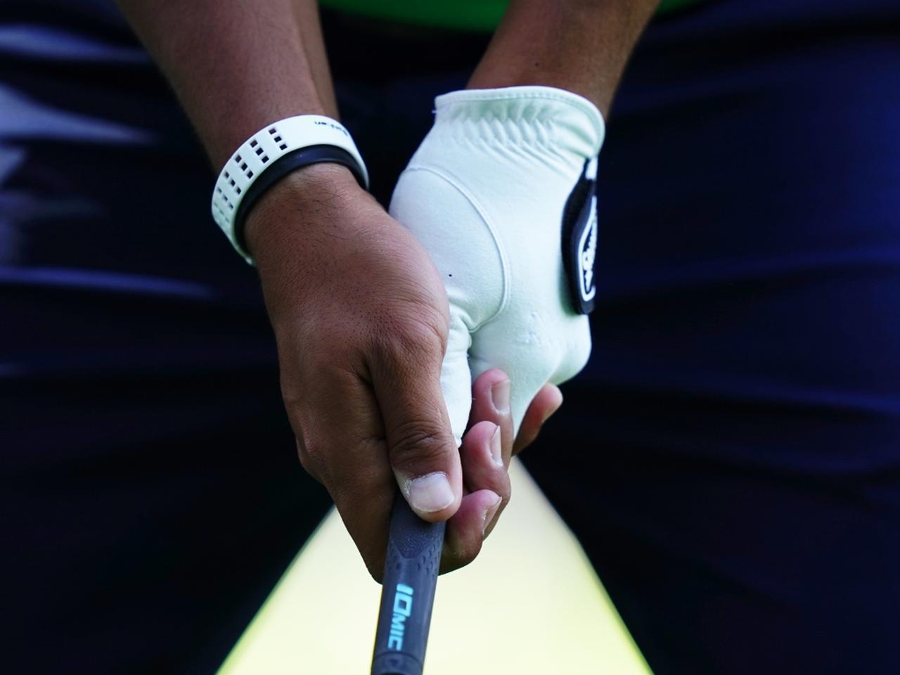 画像: 松山はインターロッキングで右手の股は右耳を指す。頭を残しヘッドを走らせるために、左に行きやすい。なので手首を返さないようウィークに握っているのだろう