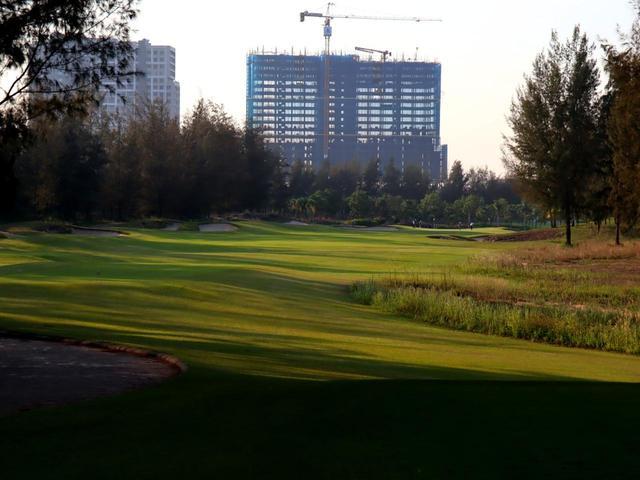 画像: 9番(499Y・P4)右にドッグレッグ、建設中のホテルが正面に見える