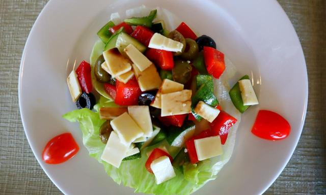 画像: チーズ、トマト、木の実のサラダ