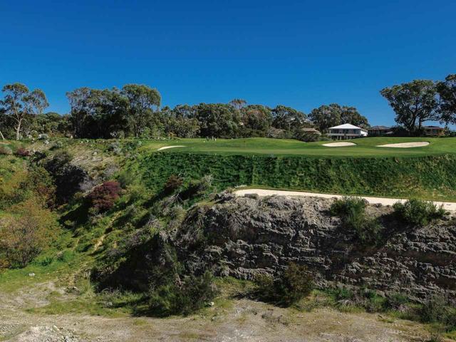画像: 石灰岩の岩盤の上にホールが広がる