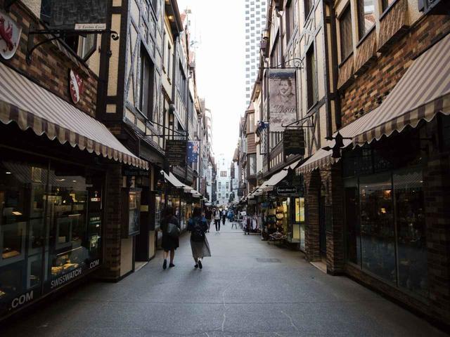 画像: 1930年代から続くパースの「ロンドンコート」。英国式建築のショップが軒を連ねる