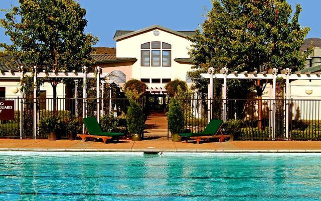 画像: シルバラードのプールとクラブハウス