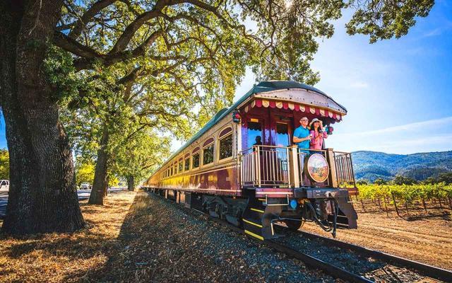 画像: シルバラードトレイルの中を走るヴィンテージ鉄道